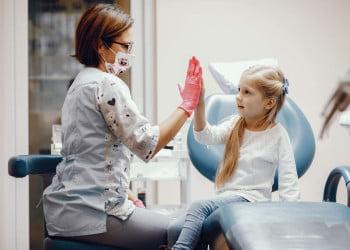 Cum te pregătești pentru prima vizită la stomatolog a copilului